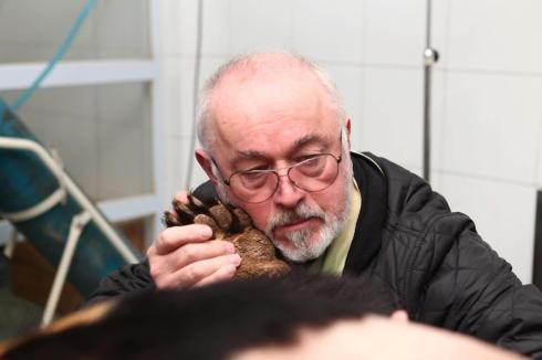 Peter Egan holding Buddha's paw during her surgery to remove her hugely enlarged gall bladder